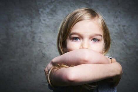 Baixa autoestima nas crianças: menina triste, brava e fechada