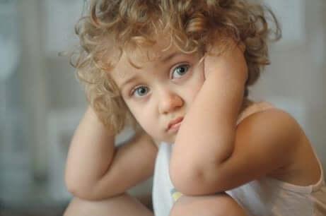 Criança confusa com suas emoções
