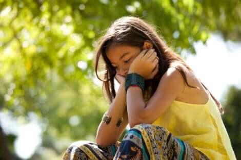 Baixa autoestima nas crianças: menina triste pensando