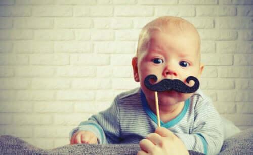 Bebê fantasiado com bigode