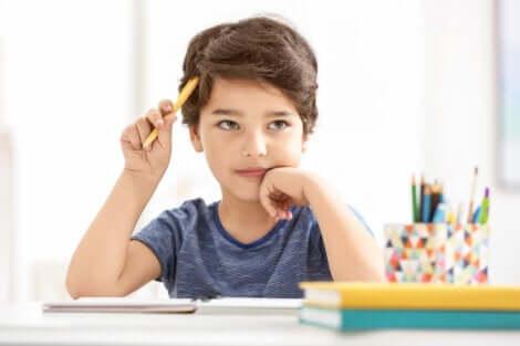 Projeto Wonder Ponder: menino exercendo o pensamento crítico