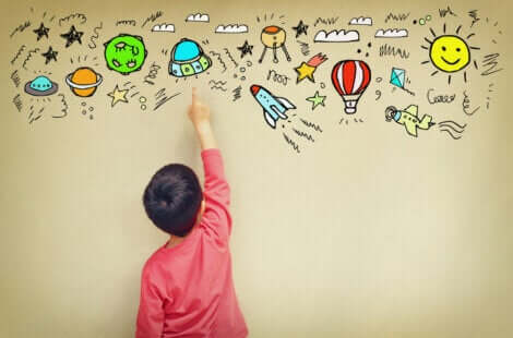 Projeto Wonder Ponder: menino apontando para desenhos na parede