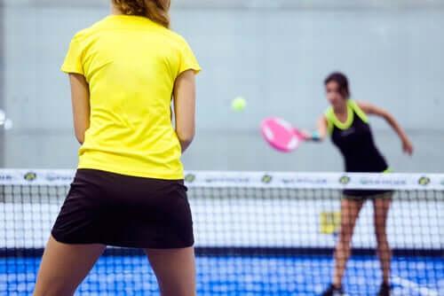 Mais empatia e menos competitividade na adolescência: jovens praticando esportes