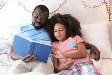 Pai lendo para a filha livro da coleção Abra e Descubra