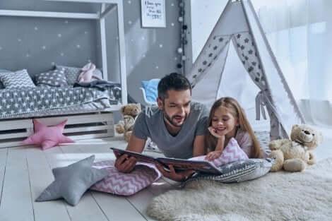 Pai lendo para a filha contos personalizados para crianças