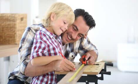 A importância da aprendizagem informal: menino trabalhando com o pai