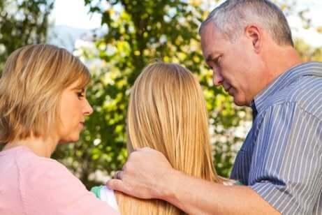 Pais conversando com filha adolescente