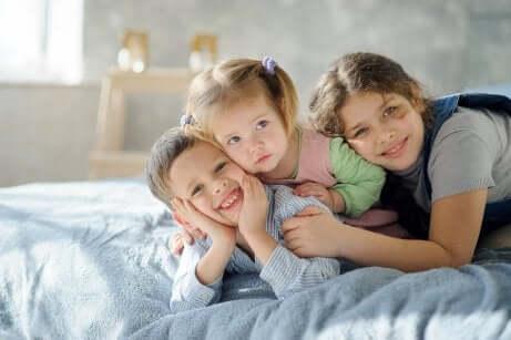 Três irmãos felizes