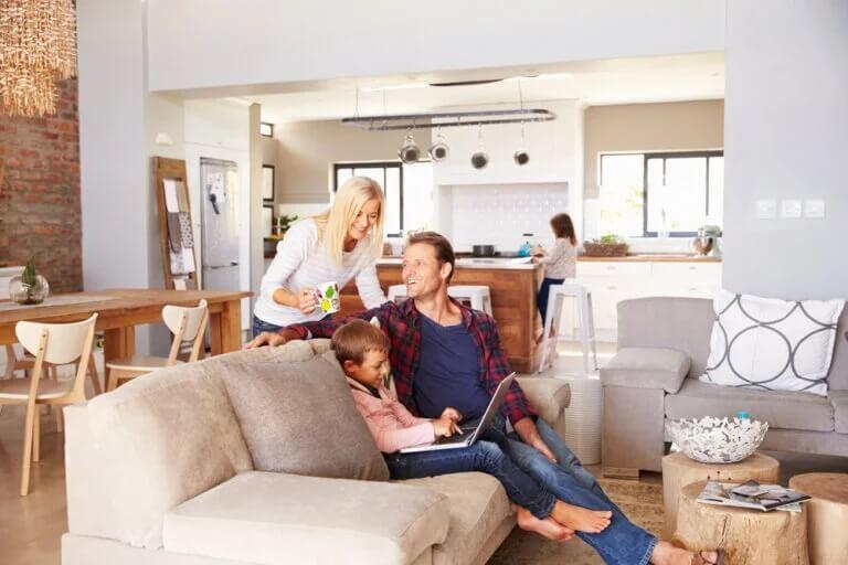 Família em casa com os filhos durante a quarentena