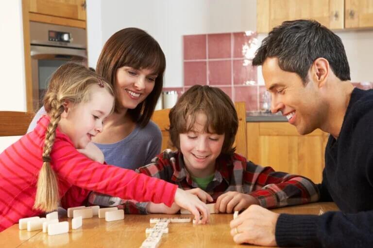 Família jogando dominó: práticas que fortalecem o vínculo entre pais e filhos