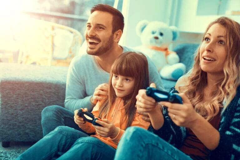 Pais e filhos jogando videogame durante o isolamento por coronavírus