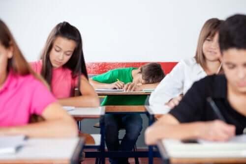 Adolescentes matutinos e vespertinos: adolescente dormindo na aula