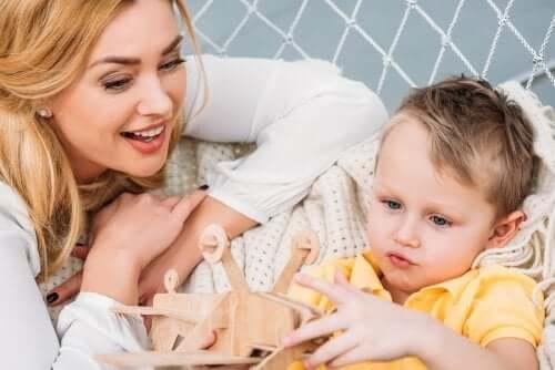 A síndrome de Tourette: mãe brincando com filho