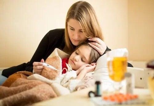 Mãe medindo febre da filha