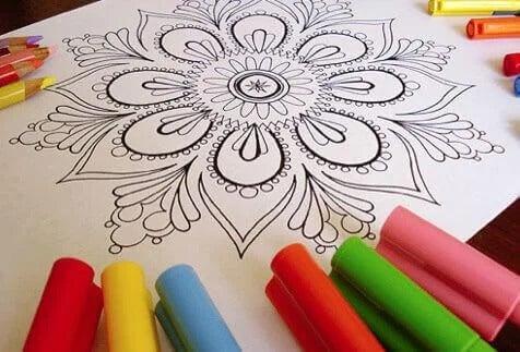 Pintar mandalas: uma das atividades para fazer em família em casa