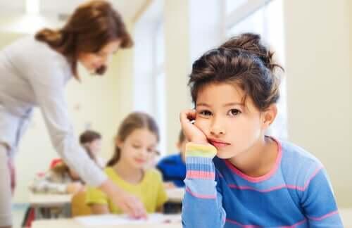 A falta de motivação na escola: menina sem atenção na escola