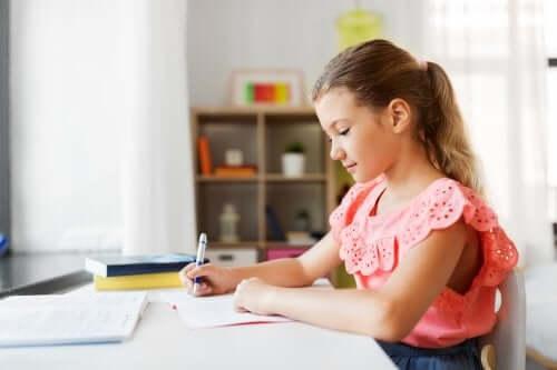 Menina estudando em um bom local de estudo