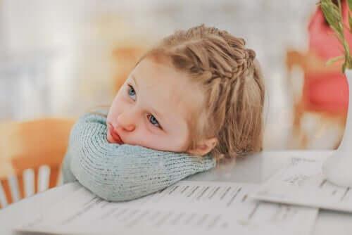 A falta de motivação na escola: menina entediada