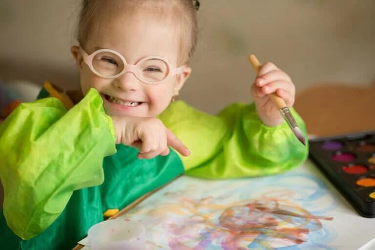 Quarentena crianças com deficiência intelectual: menina desenhando