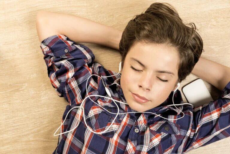 Menino ouvindo música em casa