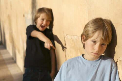 Criança zombando uma da outra: técnicas para ensinar as crianças a lidar com as provocações