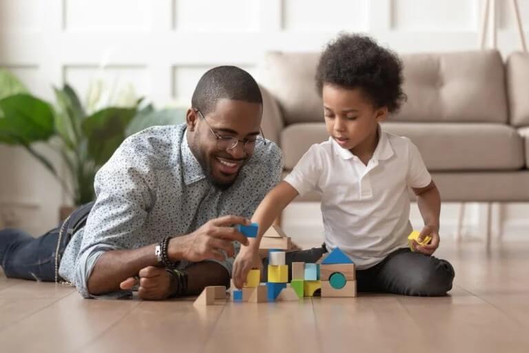 Pai brincando com filho em casa na quarentena
