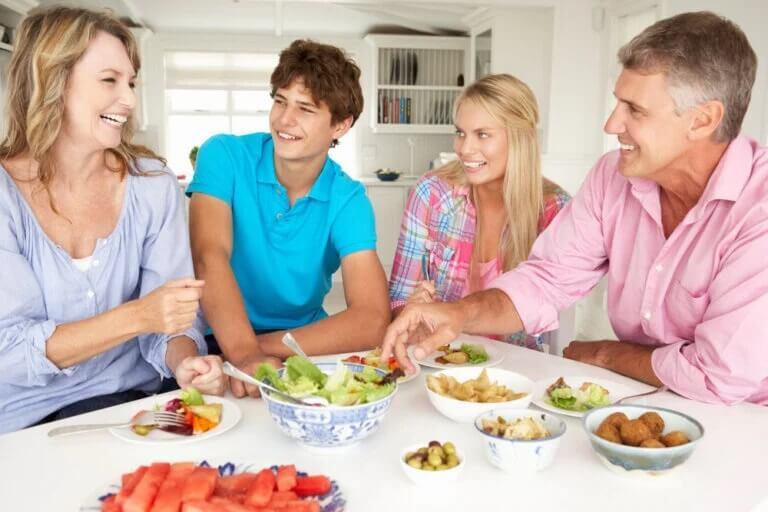 Família junta e feliz: evitar conflitos