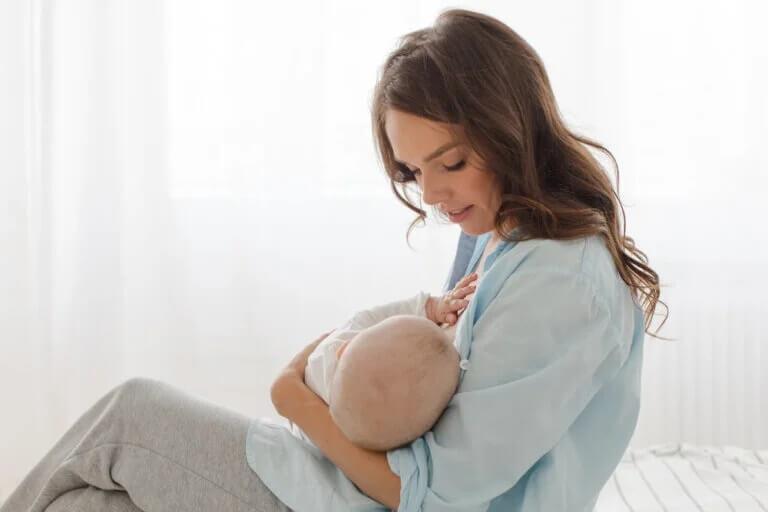Mãe amamentando seu bebê: coronavírus e amamentação