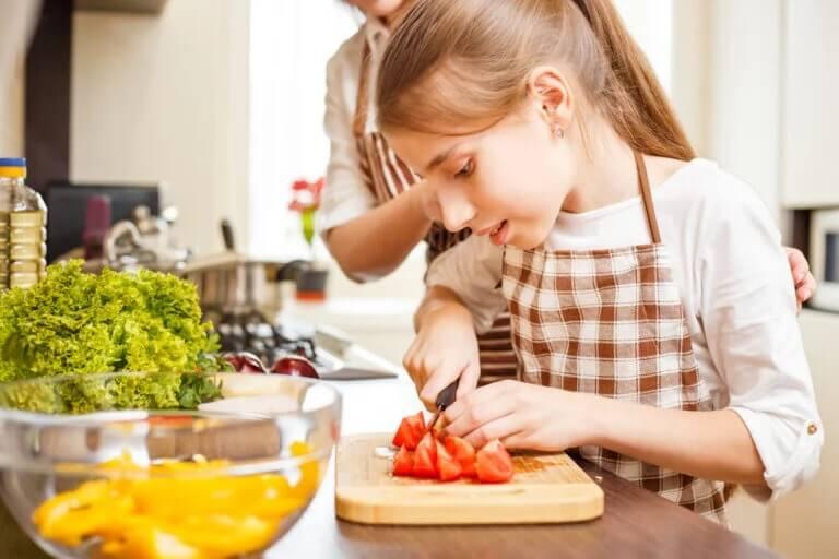 Mãe e filha na cozinha: cozinhar com os adolescentes durante a quarentena