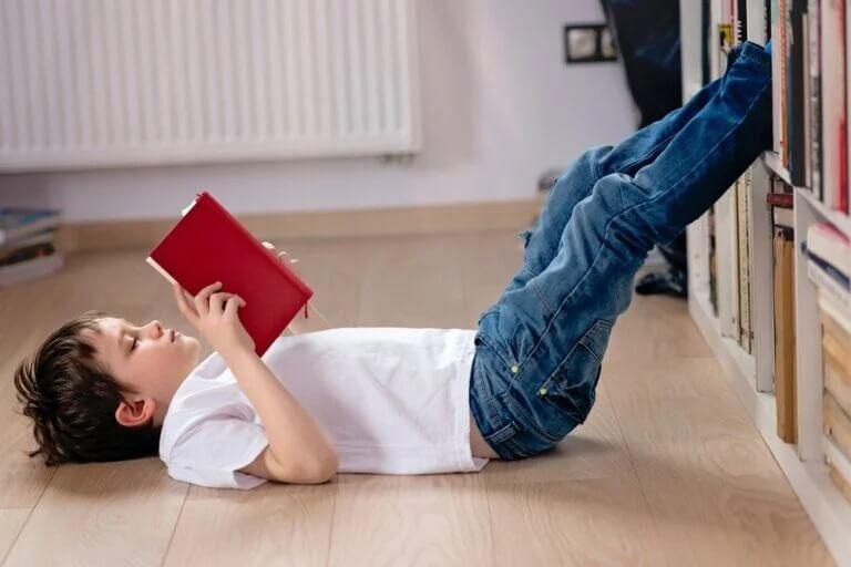 Menino lendo em casa durante a quarentena