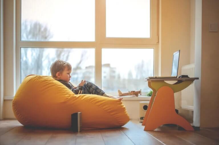 Criança no seu espaço de aprendizagem