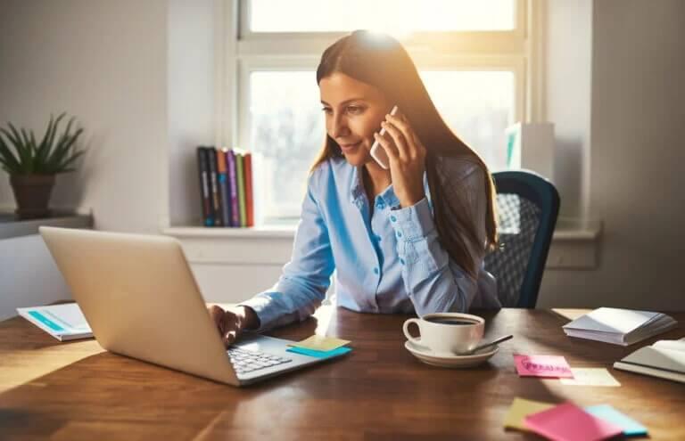 Trabalho remoto: jovem executiva trabalhando em casa