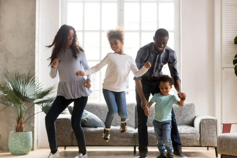 Crianças, energia e diversão: exercícios e danças durante a quarentena