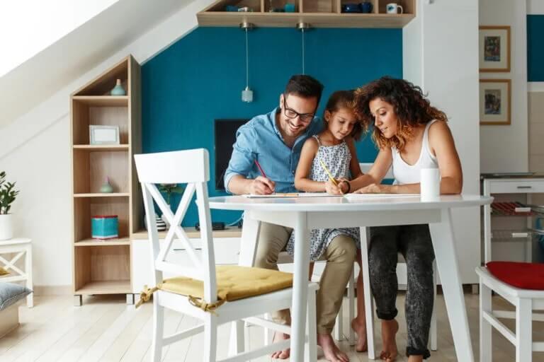 Pais ensinando em casa