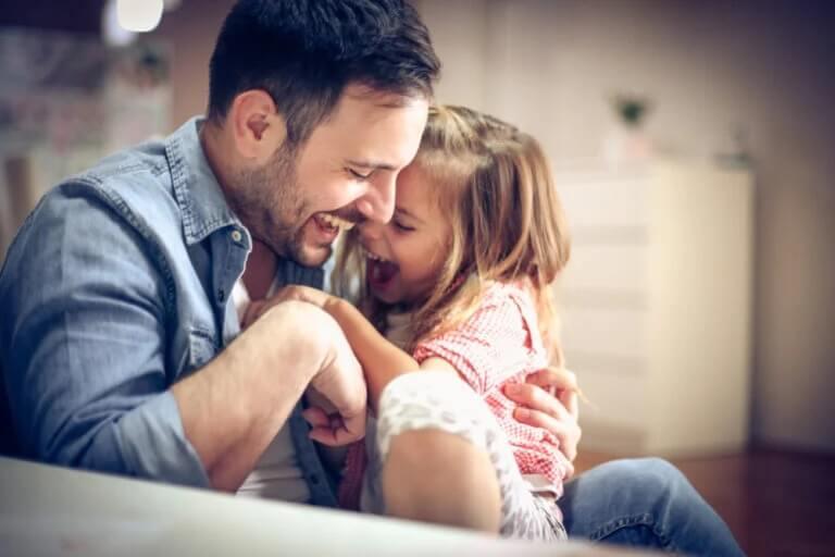 Pai brincando com a filha: tempo livre em casa