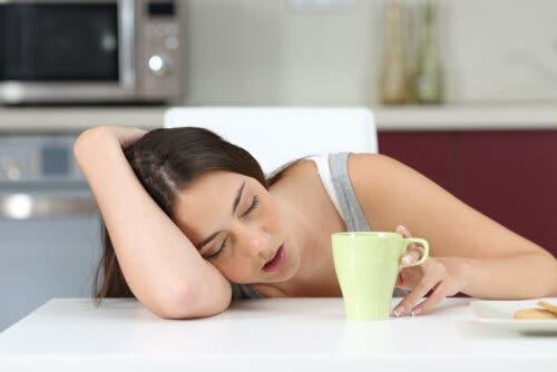 filho adolescente exausto e estressado