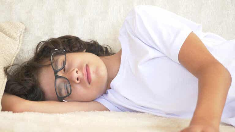 Devo me preocupar se o meu filho adolescente dorme muito?