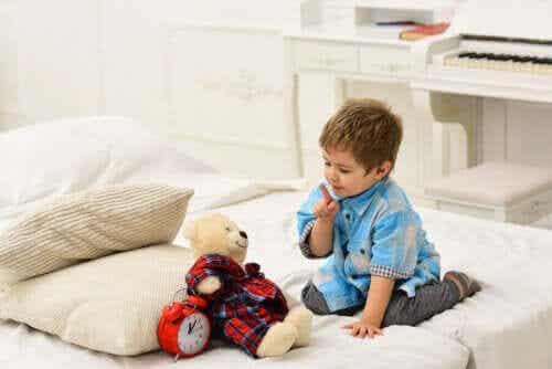 Benefícios para as crianças de falar sozinhas enquanto brincam