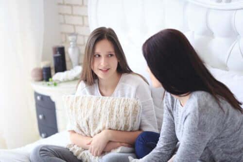 falar com a sua filha adolescente sobre a má conduta sexual