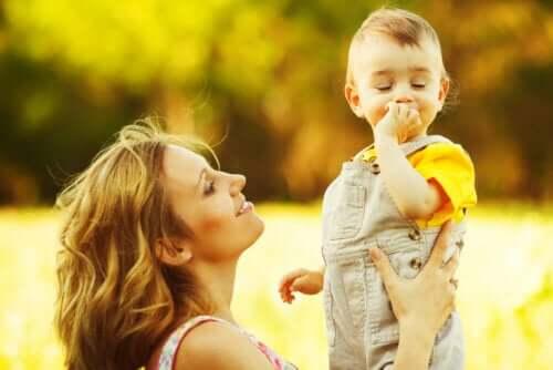 Mãe segurando filho ao ar livre