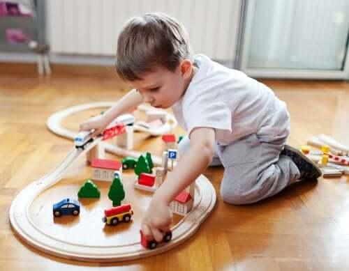 Benefícios de que as crianças falem sozinhas enquanto brincam