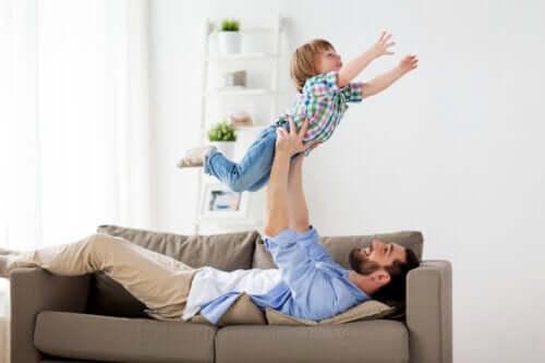 As brincadeiras brutas com o papai fazem bem para as crianças