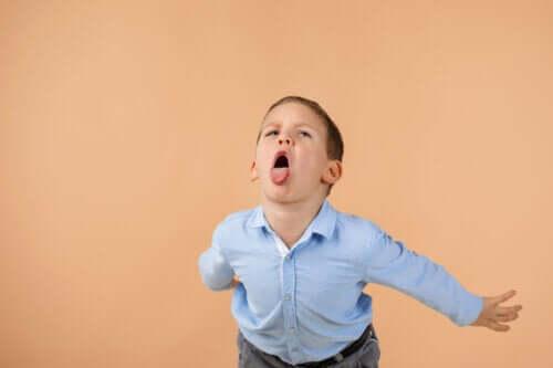 Como corrigir efetivamente as crianças que insultam