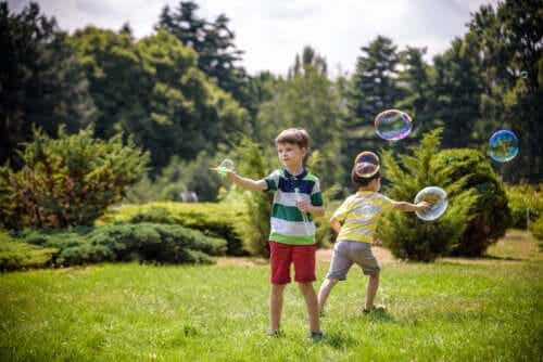 10 atividades de movimento livre para crianças pequenas