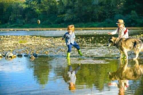 Por que o brincar livre é importante para as crianças pequenas?