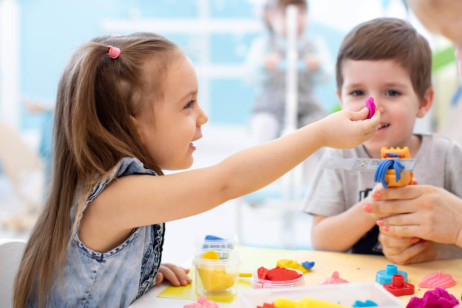 atividades e trabalhos manuais sensoriais para crianças inquietas