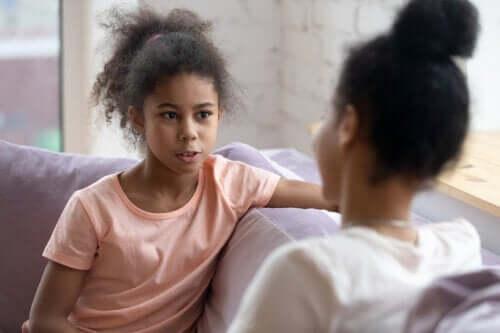 Evite interrogar o seu filho adolescente: dialogue com ele
