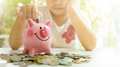 Como ensinar as crianças a economizar