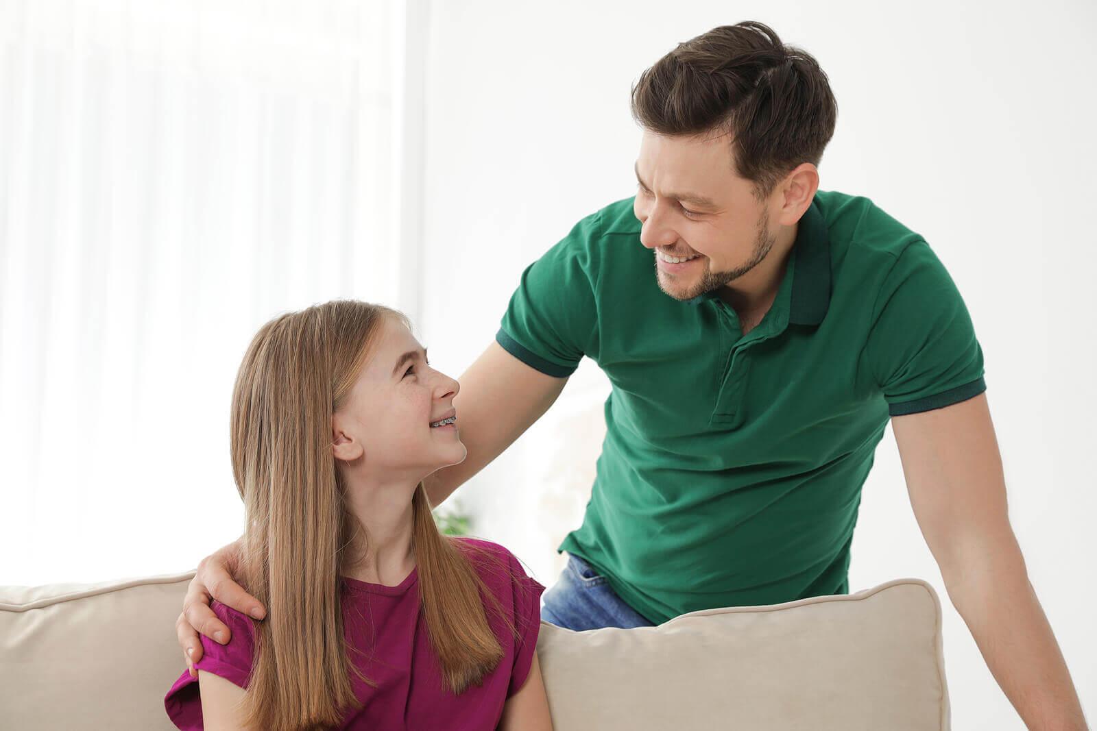 Evite interrogar o seu filho adolescente; dialogue com ele