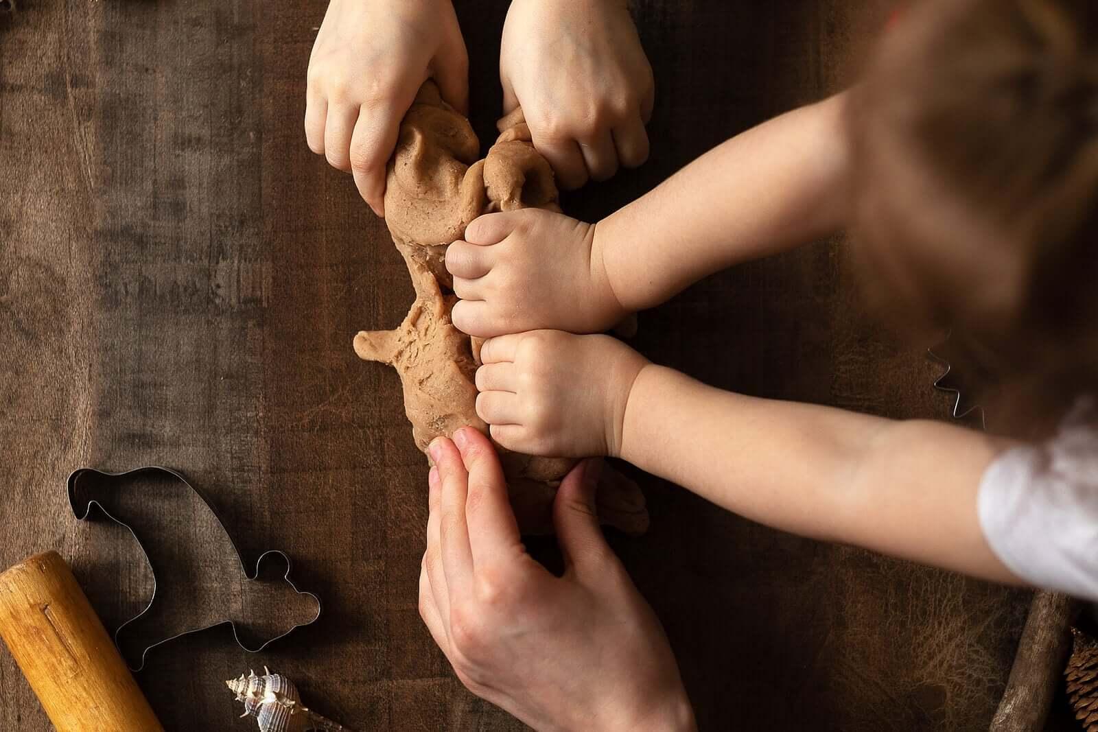 Brincar com barro estimula e faz as crianças mais felizes